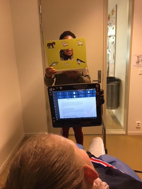Siv-Anne kommuniserer med øyepeketavle